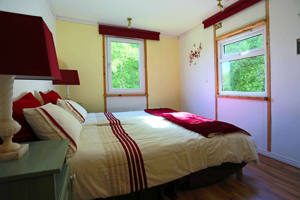 Master Bedroom with Queen-size Lits-Jumeaux