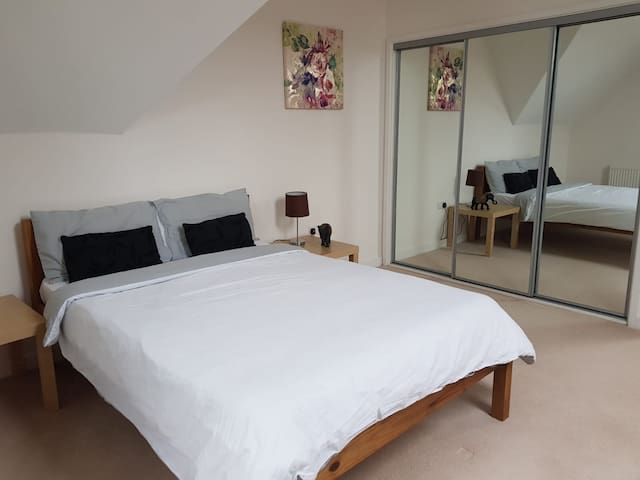 Large double room very near Watford Junction