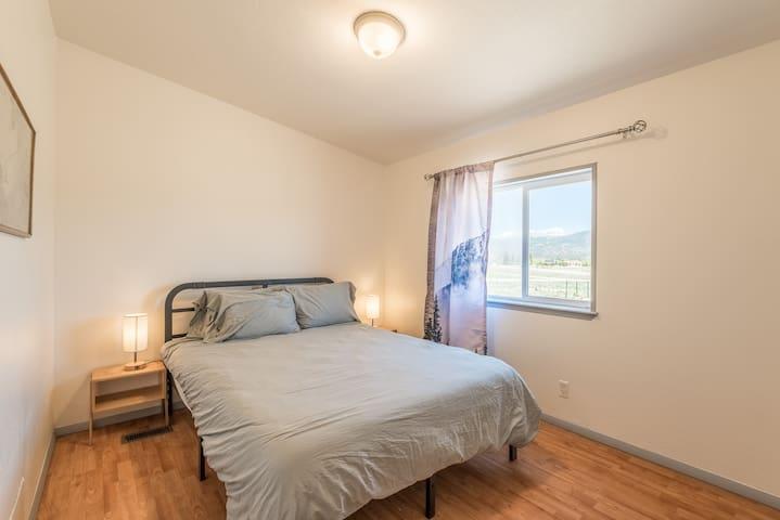 Bedroom 2, 1 queen bed