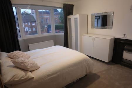 Epsom Luxury Double Room to let - Epsom - Casa