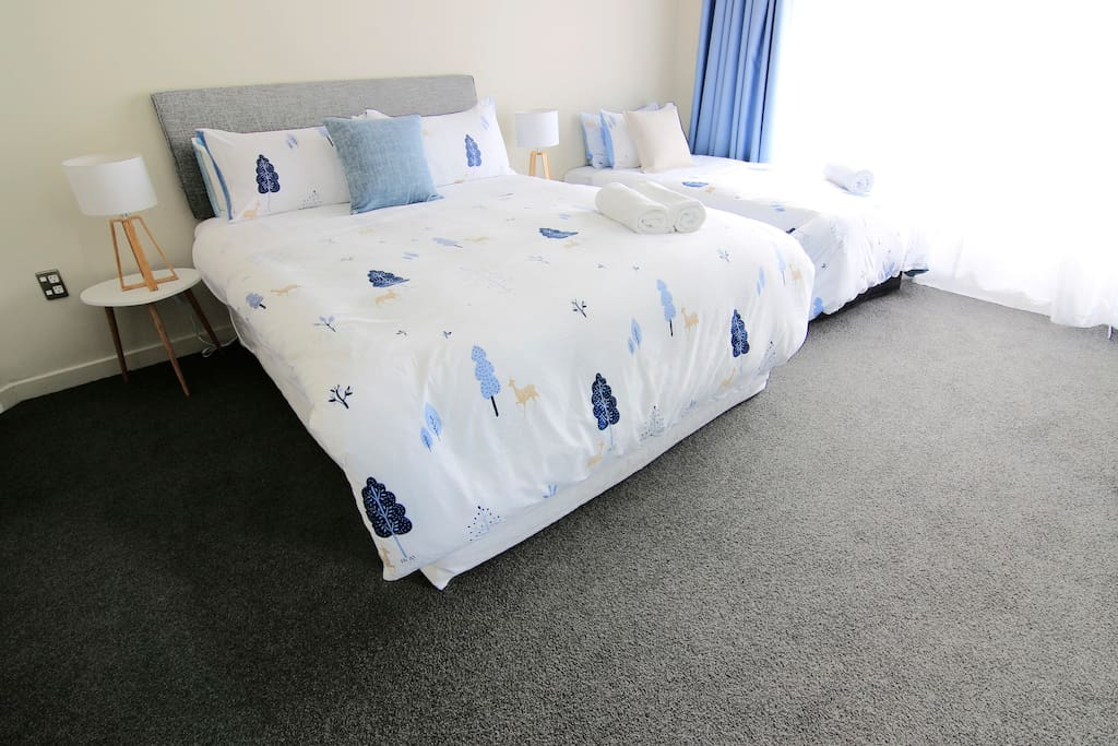 ROOM 2 (18 square metre) We have renovated the room in April 2018. The walls are repainted, and we have replaced new items such as carpets, curtains, mattress, bedding and others... Just to provide you with a warm and cosy place that could make you feel like home.  房间在2018年4月份,进行了大翻新工程。墙壁都经过粉刷,同时也更换了全新的地毯、窗帘、床垫、床上用品等... 这些都是为了让您入住到一间温暖又舒适的家庭民宿,让您在国外也有家的感觉…