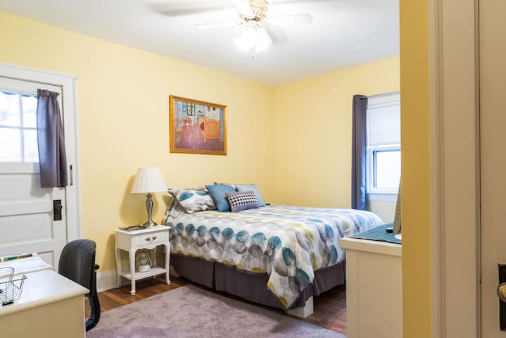 Cheerful Room with Private Balcony - Cleveland Heights - House