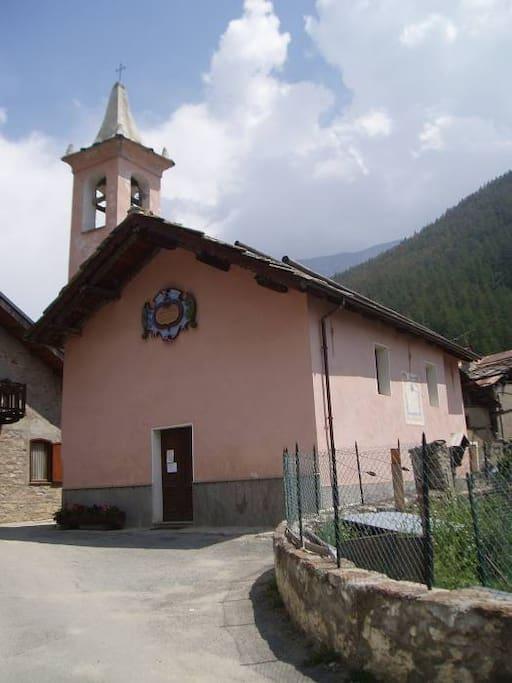 Chiesa a 150 m dalla casa