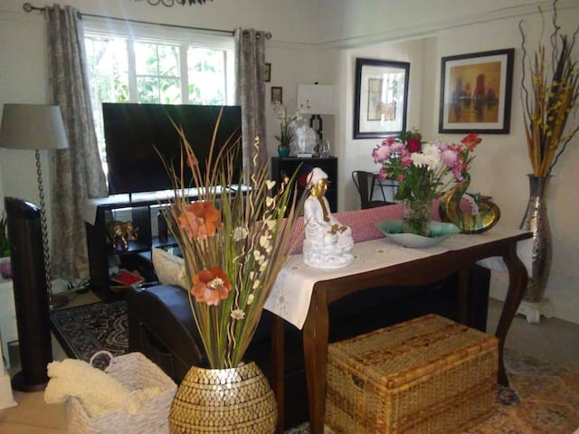 *Newly DECORATED COZY STUDIO in HEART of HOLLYWOOD