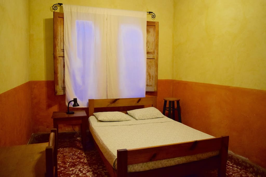 Private room with full bed, crisp, clean sheets & comfy mattress!