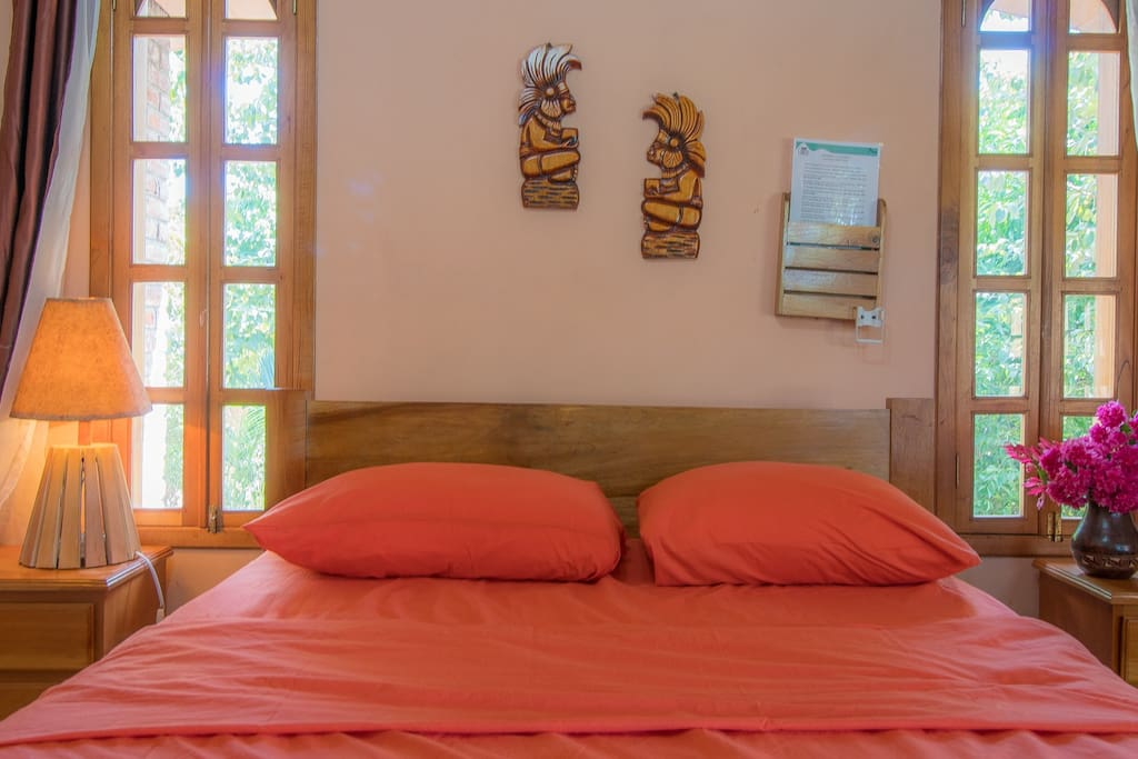 Una habitacion con dos camas matrimoniales, una cama unipersonal y un baño privado. Duermes 5 personas.