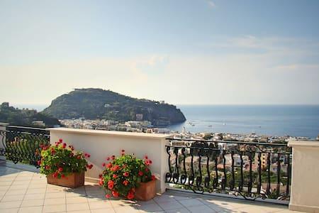 Appartamento Magnolia: Villa Panoramica ad Ischia - Lacco Ameno - วิลล่า
