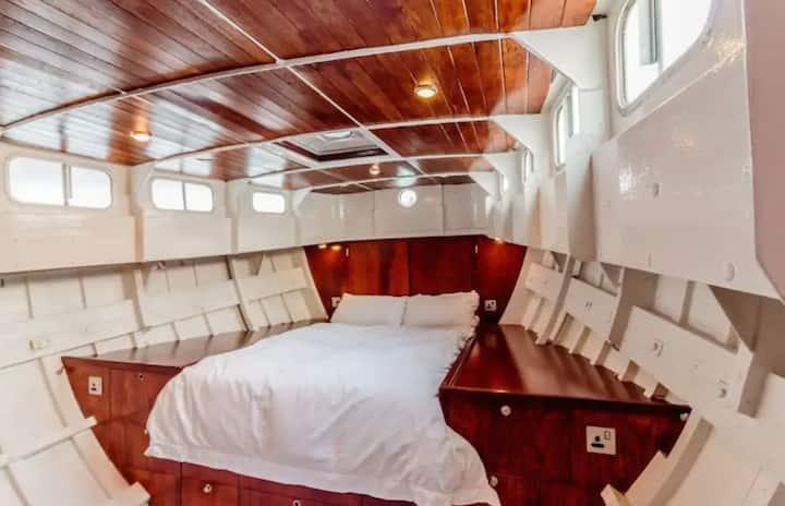Spacious, Light Tower Bridge Houseboat