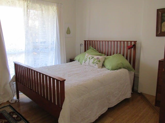 1920s cottage 12 minutes from Canberra. Queen room