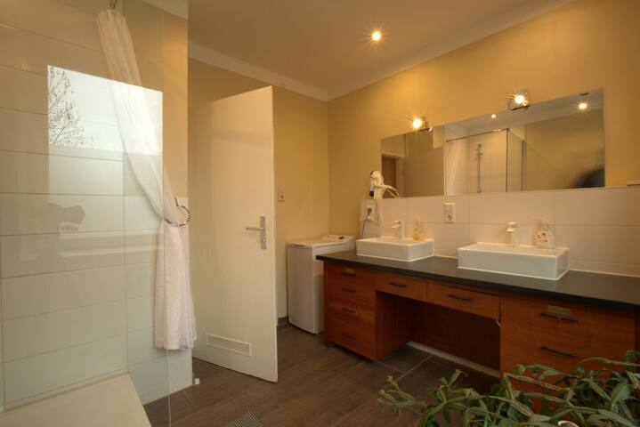 Very large apartment with new bathroom in Linden!