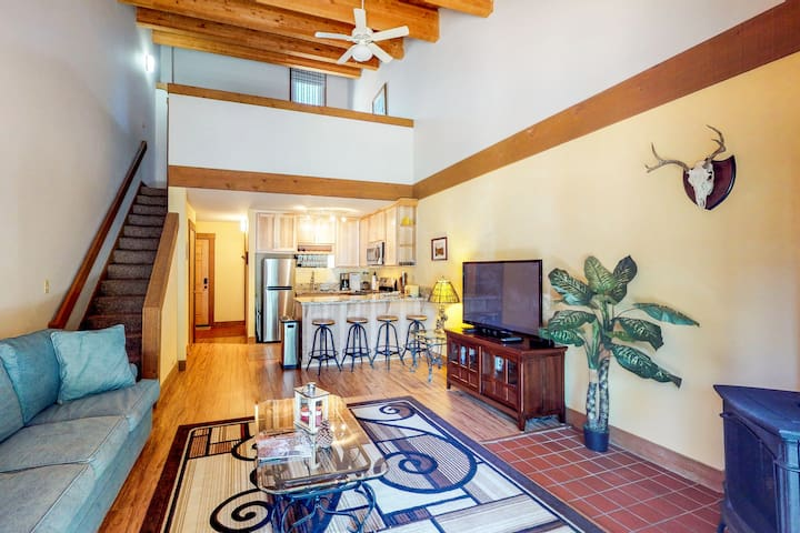 Condo w/ shared pools, hot tubs & tennis, close to golf and skiing