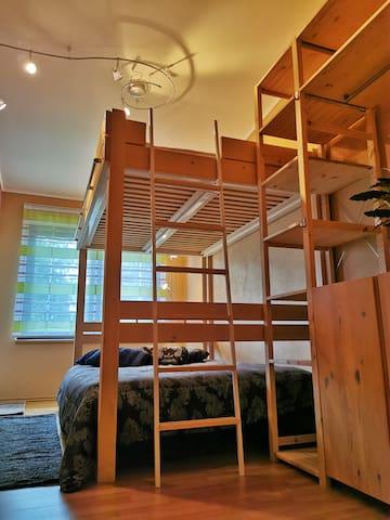 Ložnice druhá s patrovou postelí a vstupem na terasu