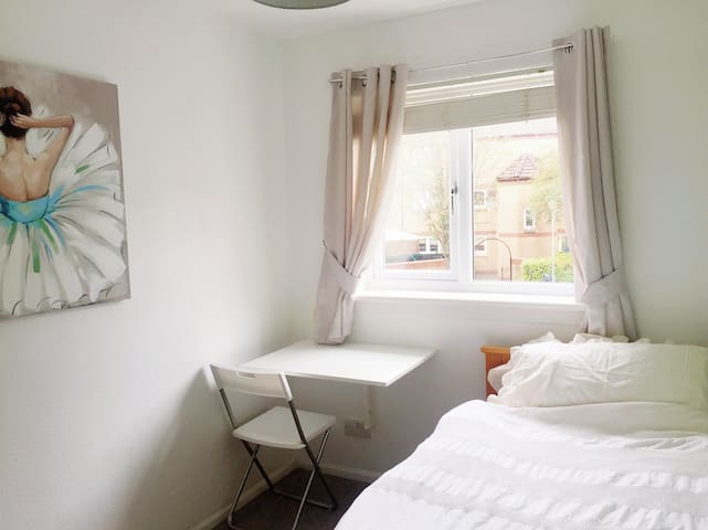 Cosy single room near City Centre-Free Parking