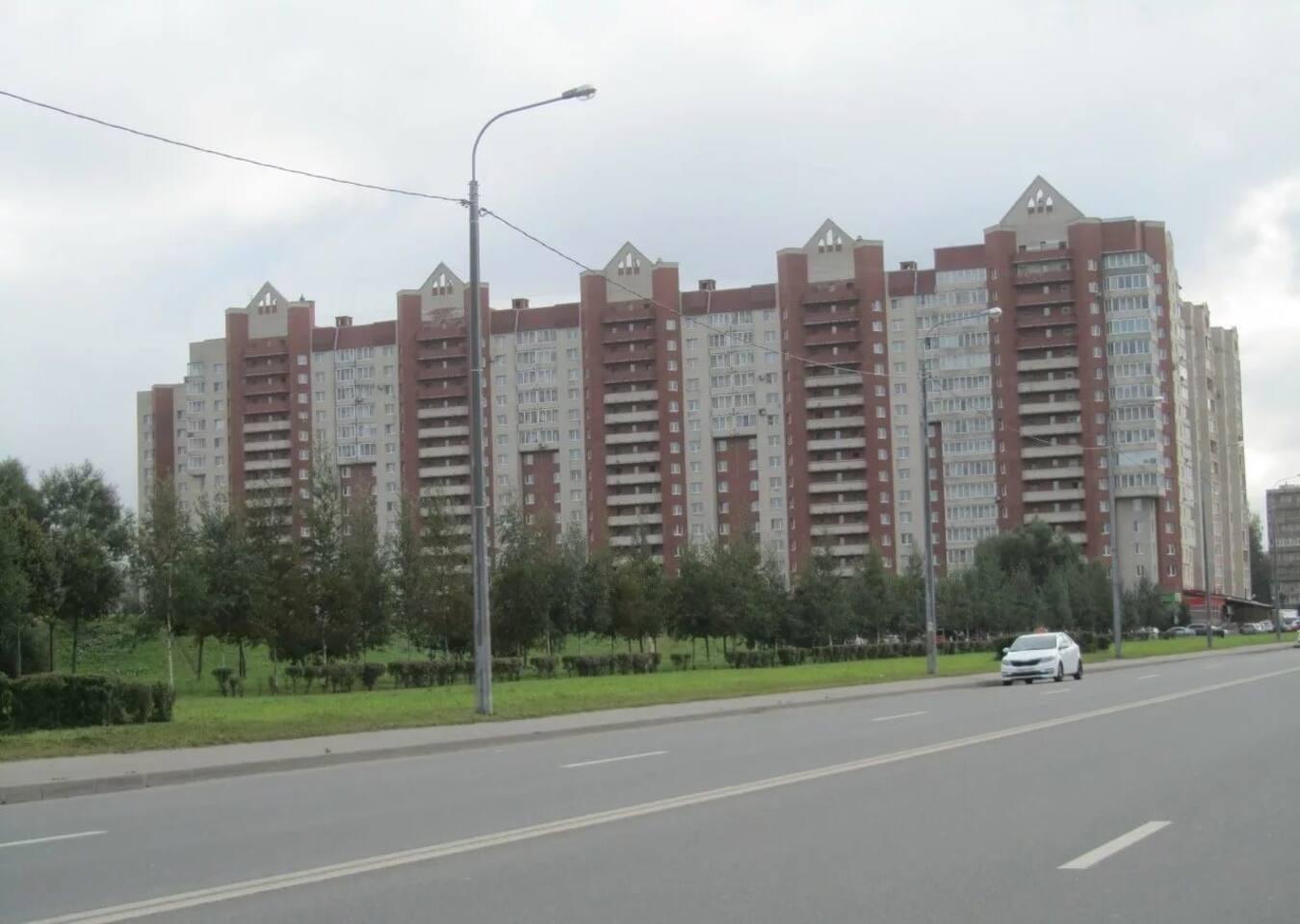 """Это дом в котором расположены апартаменты. Перед домом парк """"Яблоневый сад"""" с озером и мостиком."""