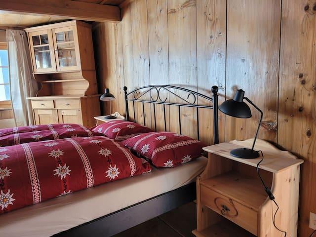 Romantik-Zimmer mit Antiquitäten im für die Region typischen Bauernstil. Das Bett auf dem Bild wurde unterdessen gegen ein grösseres Bett von 160cm Breite und 200cm ausgewechselt.