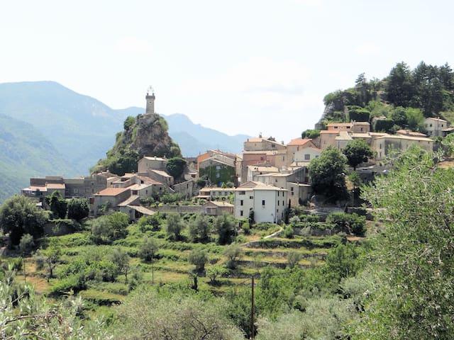 Arrière pays niçois ,joli appart village ,terrasse