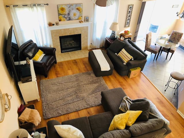 Artistic Abode-Centrally Located in Fishers, IN.
