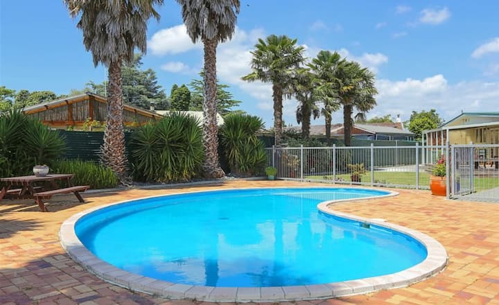 Poolside Palm Tree Oasis - No cleaning fee