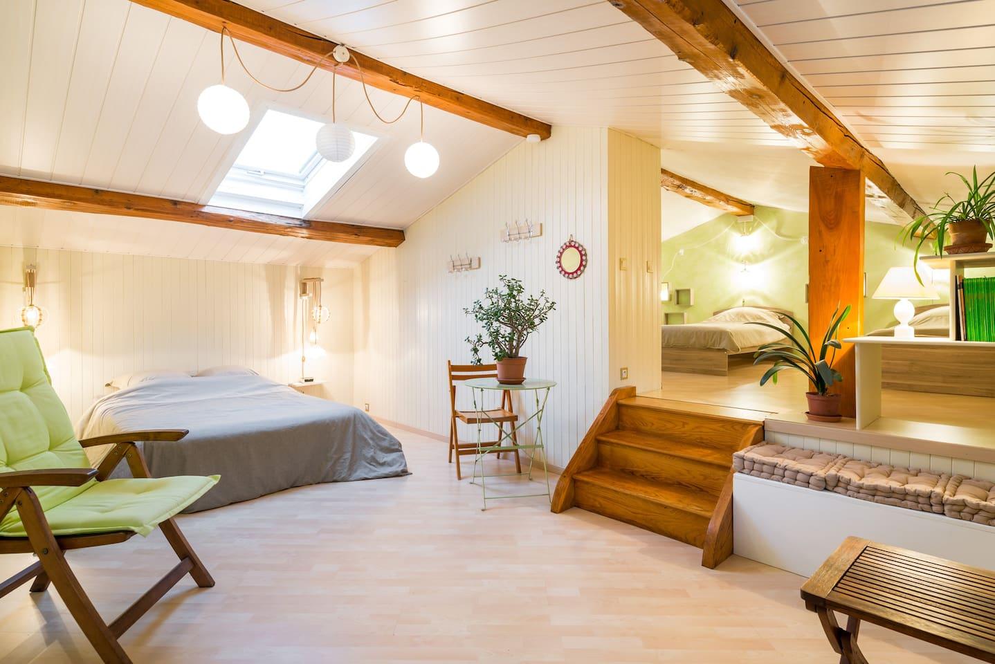 Première partie de la chambre avec lit 2 places