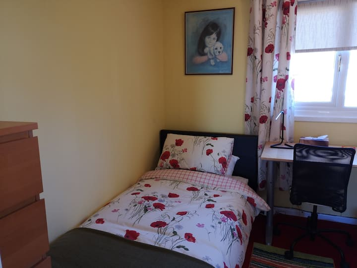 Comfy Crawley single nr Gatwick. TV + work space.