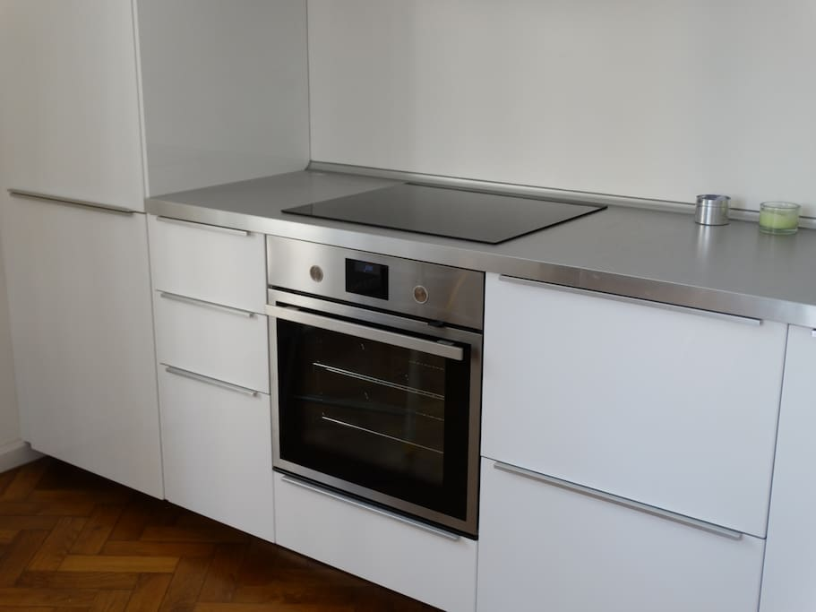 Kitchen unit with appliance
