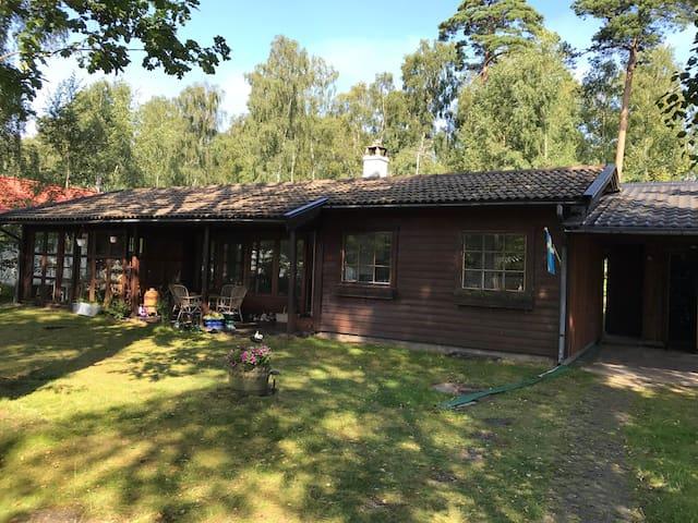 Hus i mysiga Hemmeslöv, nära strand och Båstad CC