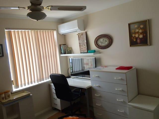 """Bob's Place-Clean comfortable room near beach""""Wow"""""""