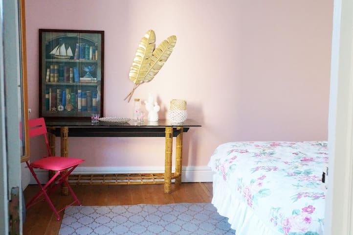 Belle chambre avec lit king size et décoration soignée.