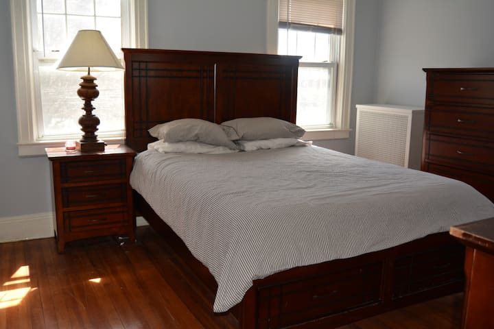 Comfortable Room; Suburban Home - Queens - Huis