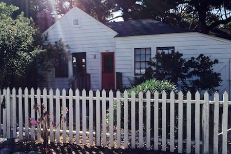 COMFORTABLE HISTORIC COTTAGE - 太平洋叢林(Pacific Grove)