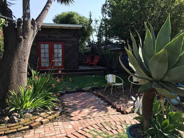 Stylish Tiny House/Backyard Cabin Steps from BART - Berkeley - Cabane