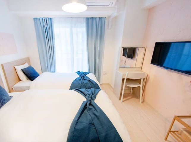 bedroom, two single beds, tv, air-conditioning ,and small table   卧室,两张单人床,电视, 空调和小桌子