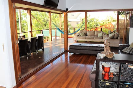Amazing view & Pool - Close to everything - 4bed - Carrara