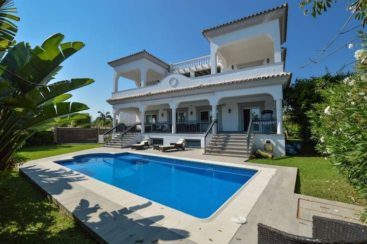 VILLA CHRISTINA, 5 BEDROOM BEACHSIDE VILLA