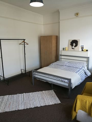 Bright and Spacious Double Room - London - House