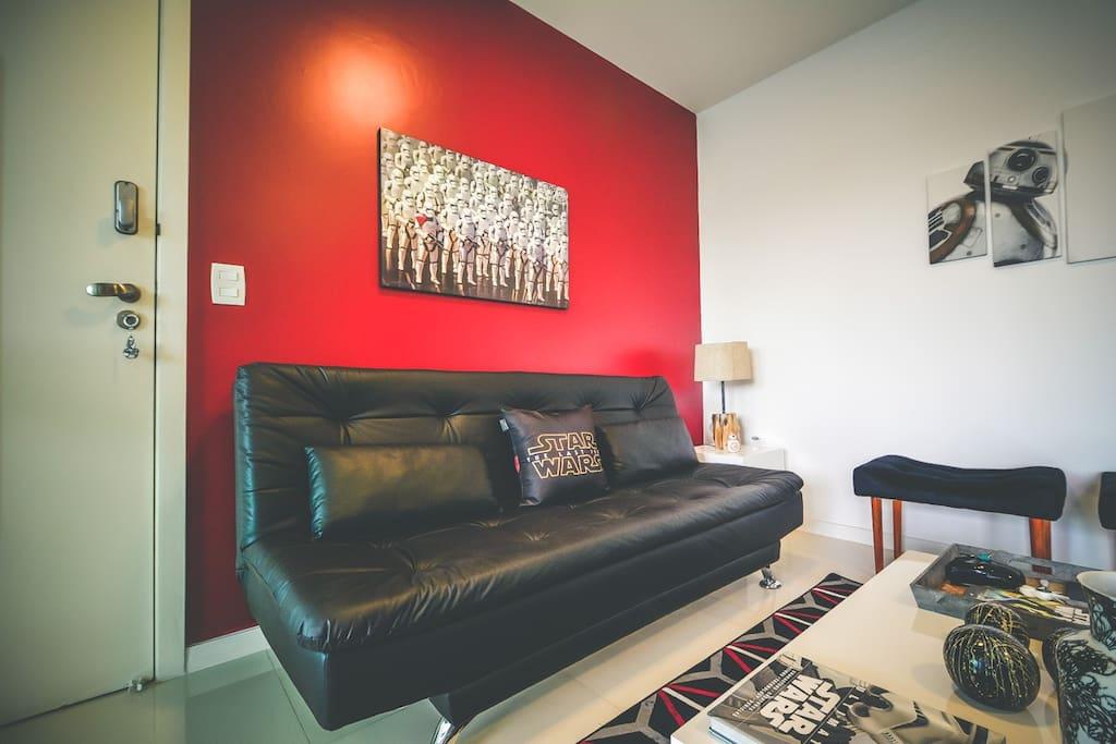 Sala temática de estar com sofá cama amplo e confortável