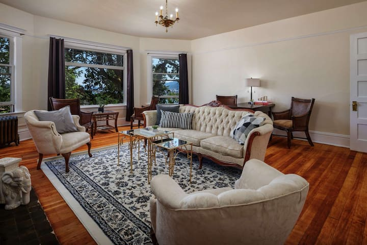 Private Floor in Historic Mansion - Mins to Dwntwn, 1 Mile to UofP, Willamette River View, 2 Master