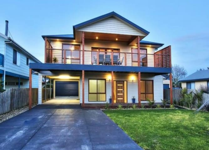 Modern airy double story home - Sunderland Bay - Huis