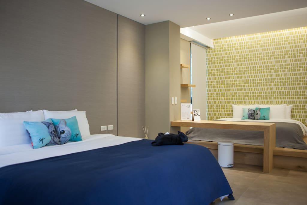 此房型有兩張QueenSize的雙人床,一張在和室上面,一張在一般床架上面。