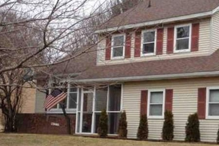 Spacious 2 brdm House Btwn Albany & Saratoga - Clifton Park