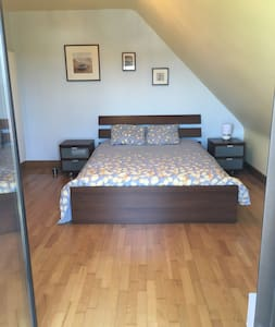 Grande chambre avec balcon, Sdb wc & accès jardin