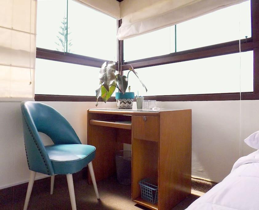 Linda habitación estudio, grandes ventanas dan la bienvenida a la bella luz natural y gran vista.