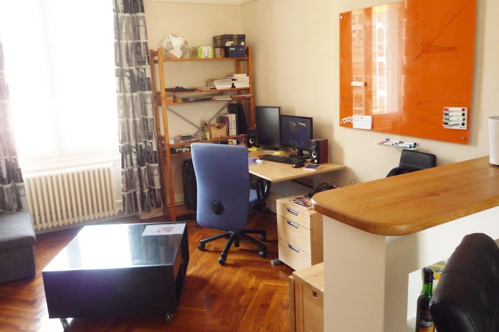 Mon bureau, avec tableau de verre libre d'accès (avec feutres fournis !!!)