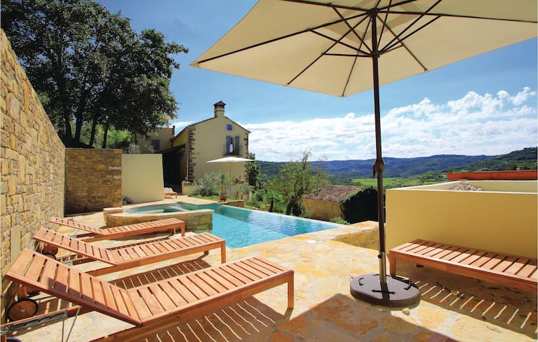 Holiday cottage with 6 bedrooms on 234 m² in Cotici