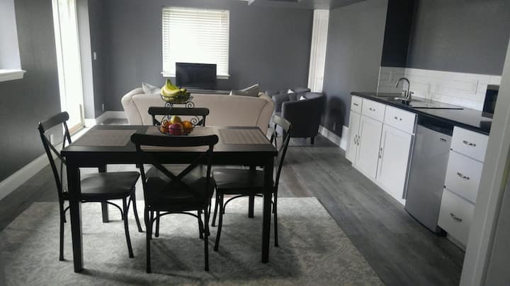 Chic 2 bedroom, private entrance. 1200sqft