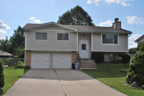 Cosy Upper Level House, 3 Bdr with Spacious Yard
