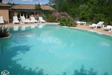 parc résidentiel très calme rivière proche piscine - Chambonas - กระท่อมบนภูเขา