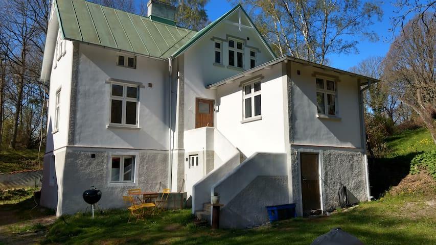 Hus i Mölle vid foten av Kullaberg.