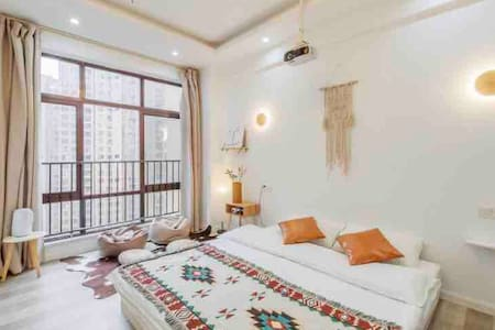 「 招呼·Room5 」松果 · 财富广场商圈旁 带投影仪的原木风民宿