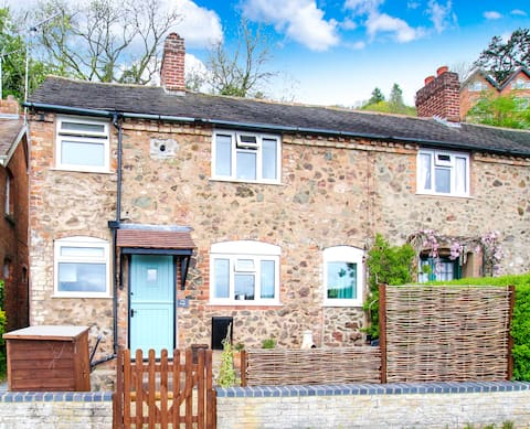 Direct Access to Hills! Romantic & Cosy Cottage